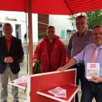 """Mit der Broschüre """"GESAGT-GETAN-GERECHT"""" vom SPD-Bundestagsfraktion haben die Genossen aus Illertissen die Bürger über die Umgesetzten Maßnahmen aus dem SPD Wahlprogramm 2013 informiert."""